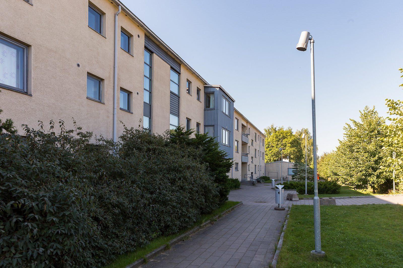 Kolmikerroksinen asuntolarakennus ulkoapäin.