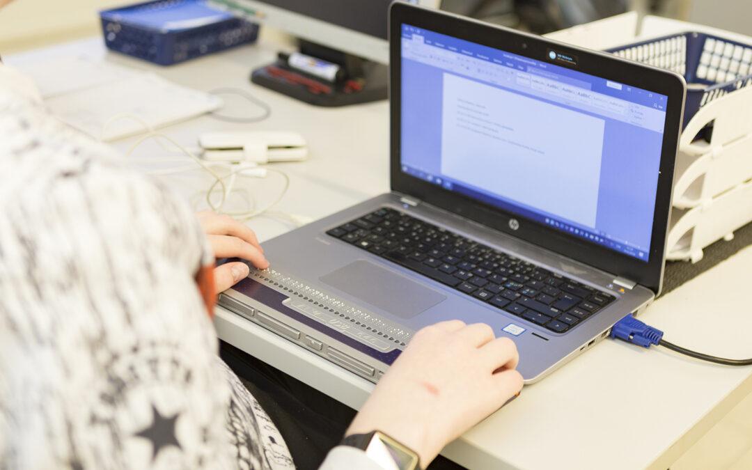 Opiskelija käyttää erikoistietokonetta.