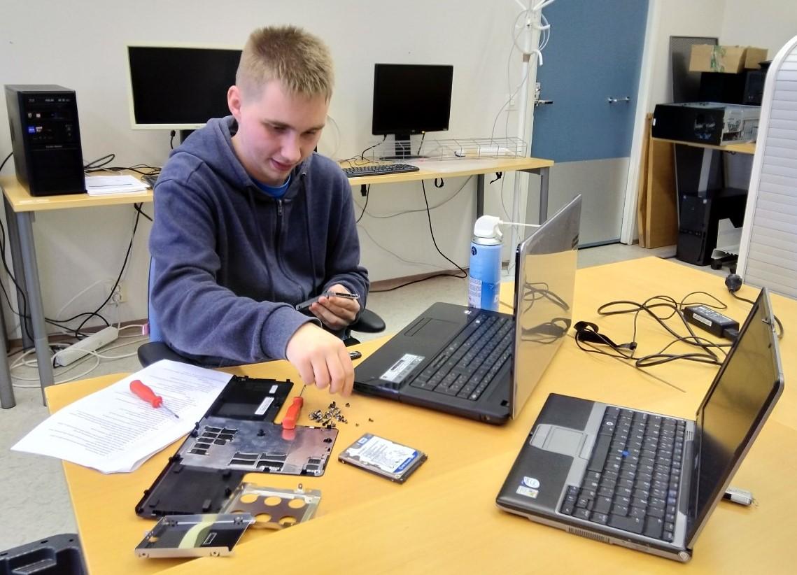 Tuomo Mela huoltaa DataSkyn laitteita