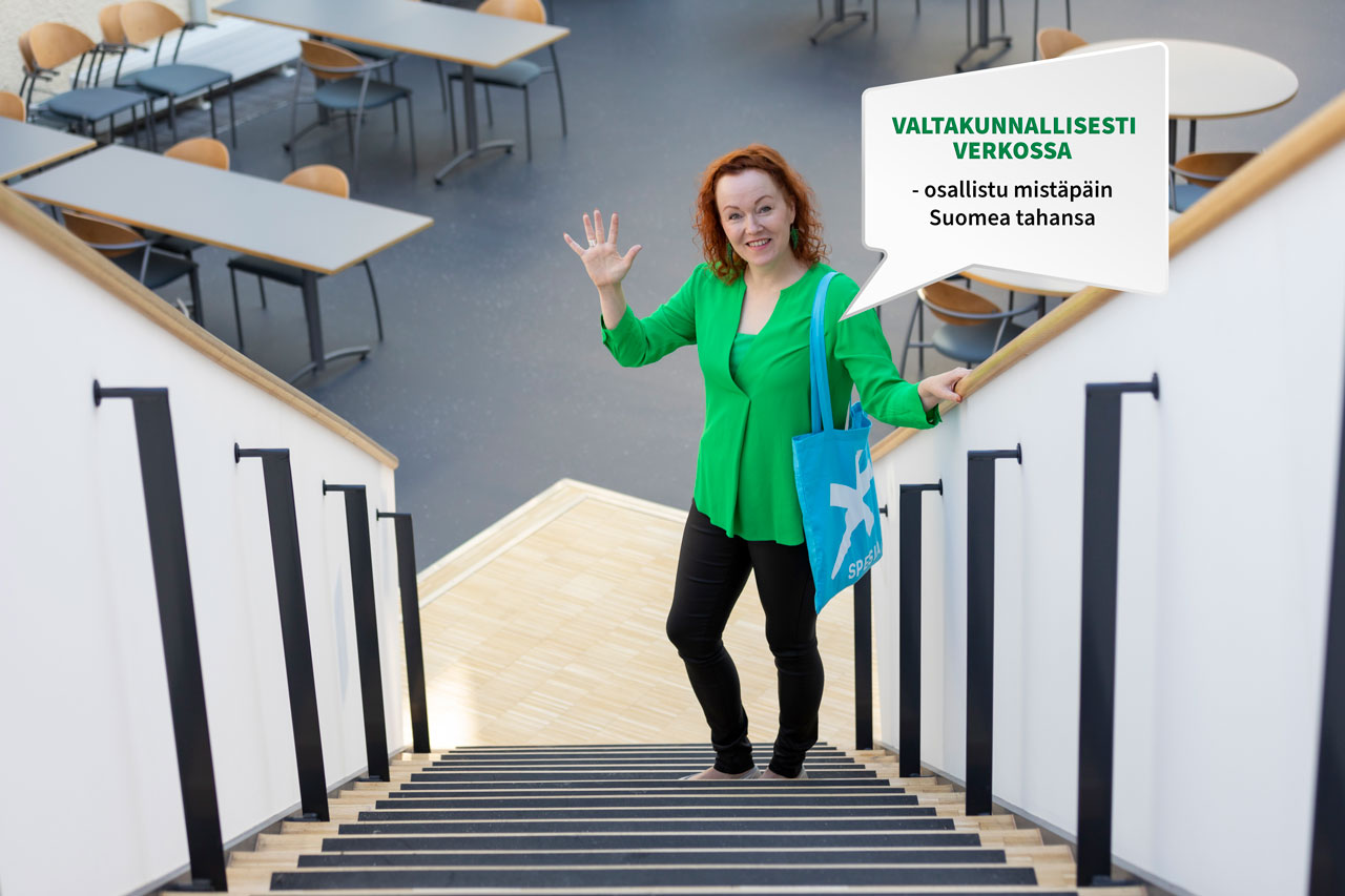 """Nepsy-kouluttaja Piia Virtanen Spesia-moikkaa portaissa, puhekuplassa teksti """"valtakunnallisesti verkossa - osallistu mistäpäin Suomea tahansa""""."""