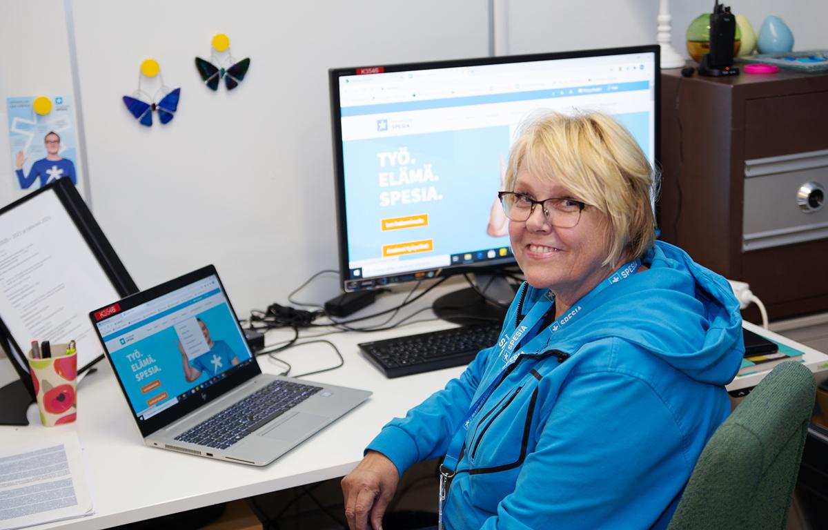 Opinto-ohjaaja Marjaana Jauhiainen työpöytänsä ääressä