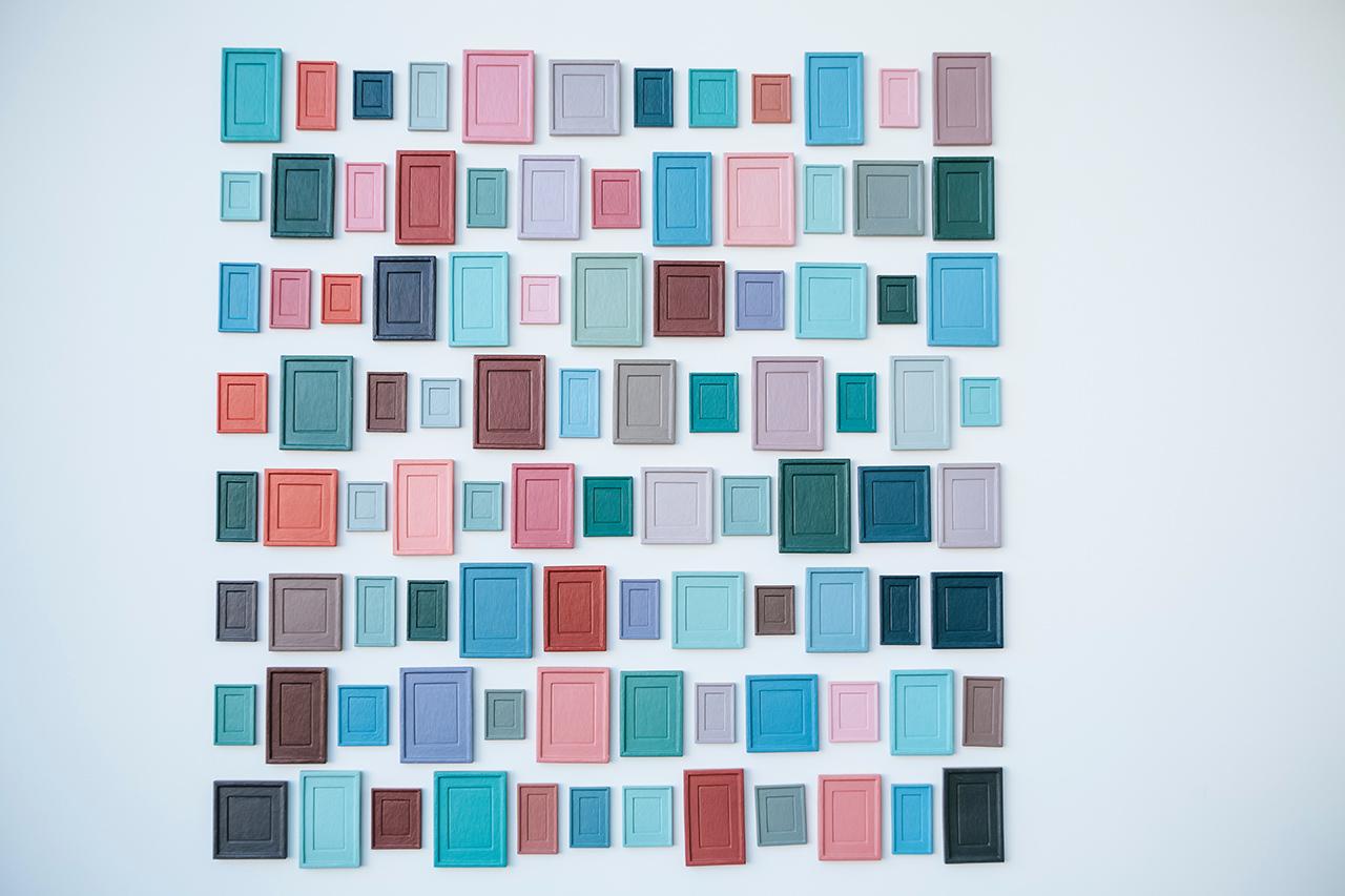 kuvituskuva eri värisiä ovia