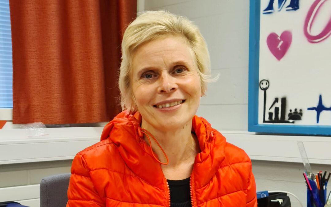 Opettaja Jaana Vakkala istuu työpöytänsä takana.